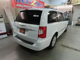 2014 Chrysler Town & Country - Image 3