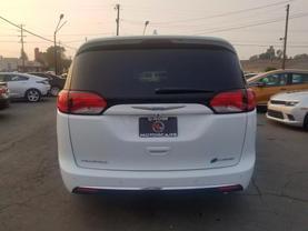 2018 Chrysler Pacifica Hybrid - Image 5